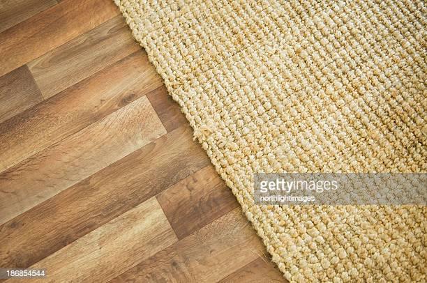 Piso de madeira e tapete