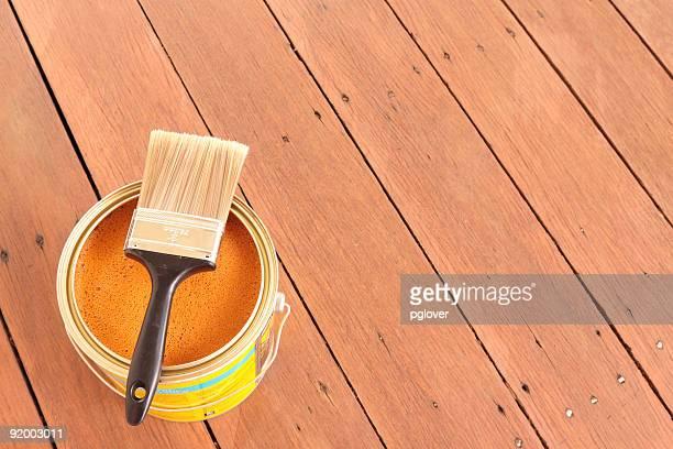 Le parquet en bois avec de l'huile et de pinceau
