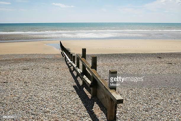 木製の防波堤にペブルビーチ