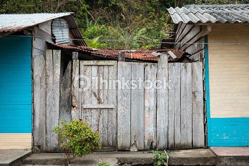 Cabane baraque porte jardin maison en bois photo thinkstock - Porte cabane bois ...
