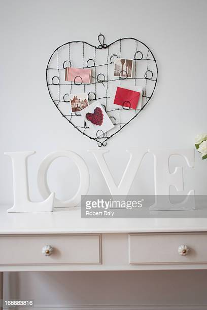 木製'love'文字の装飾、バラのデスク