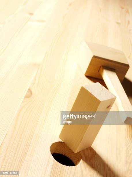 Maillet en bois sur bois avec un trou rond