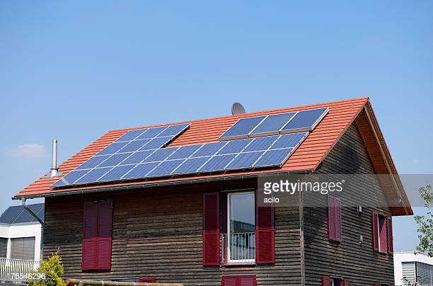 Hölzerne eine Familie Haus mit Solarzellen auf dem Dach