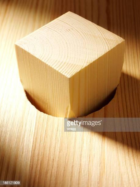 Piquet de bois avec une coupe près du corps dans la partie trou