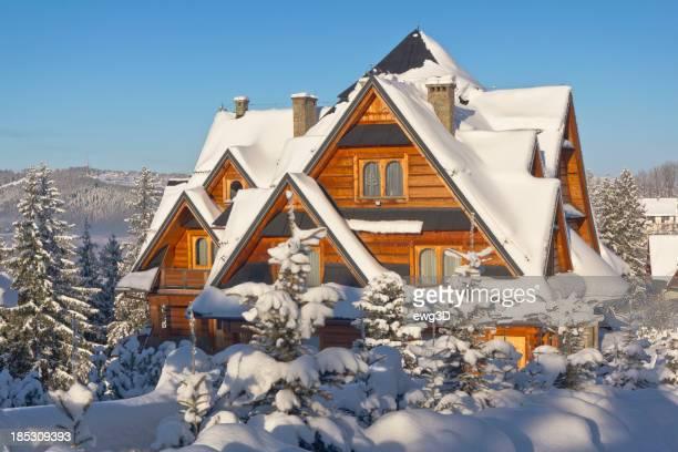 Casa residenziale di legno in inverno