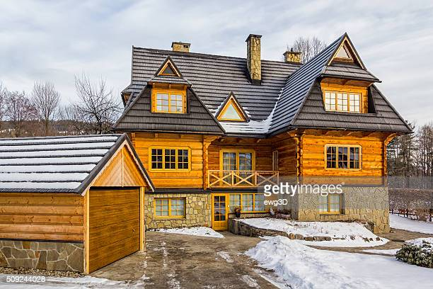 Casa residenziale di legno in inverno, Polonia
