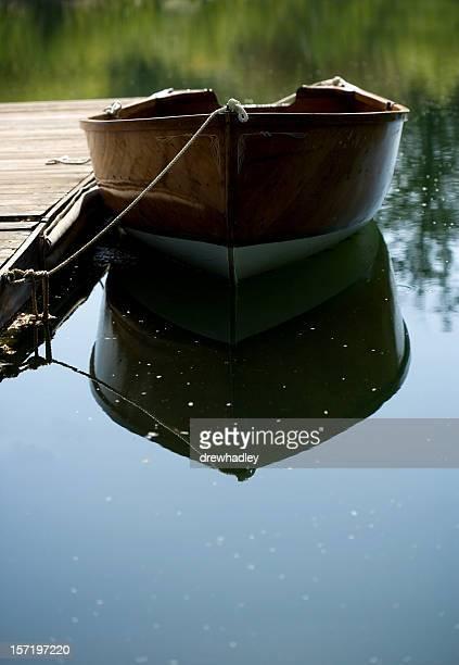 Rangée de bateau en bois attachés à dock