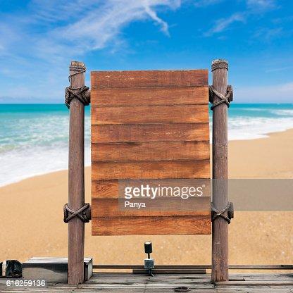 wooden signboard on blur beach background. : Foto de stock