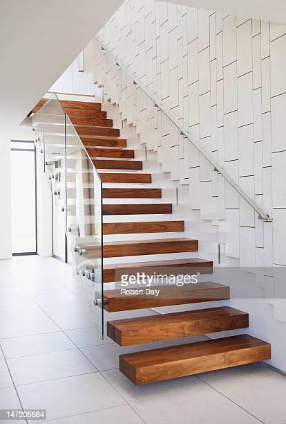 Escalier dans la maison moderne en bois