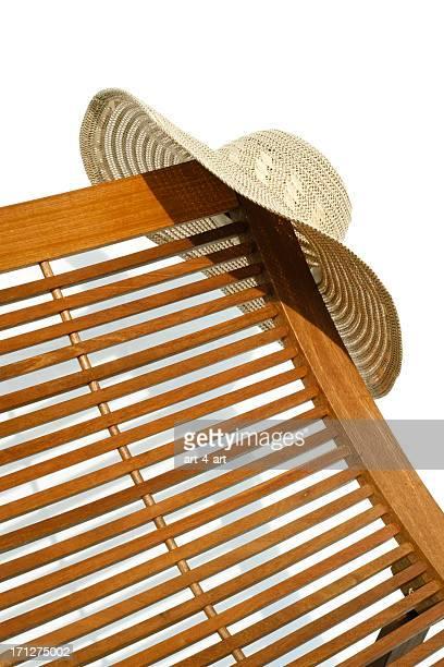 Hölzerne sunbead mit Hut auf weißem Hintergrund