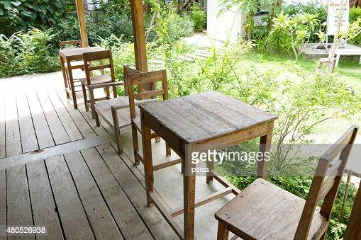 table et fauteuil en bois : Photo