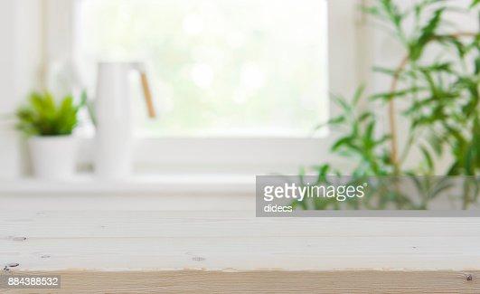 Hölzerne Tischplatte mit textfreiraum über verschwommenes Küche Fensterhintergrund : Stock-Foto