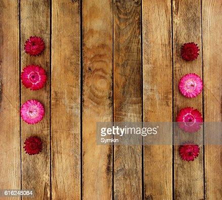 Wooden texture. On top of autumn flower : Foto de stock