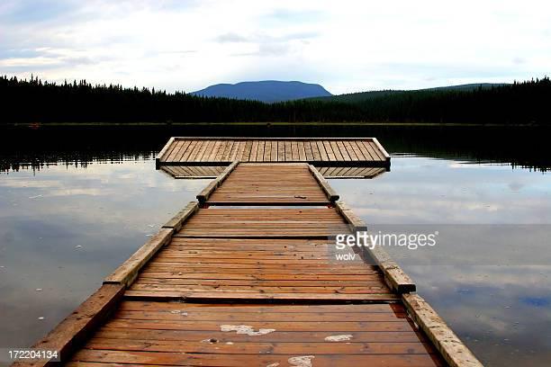 Quai en bois sur le lac, Alberta, au Canada, au pied des collines.