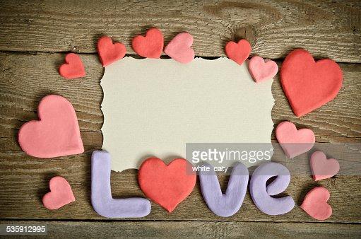 Composição palavra Amor na mesa de madeira e muitos corações : Foto de stock