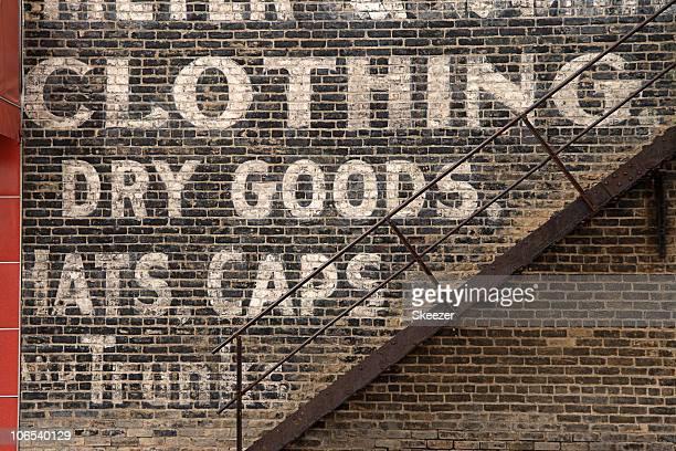 Palavras sobre uma parede pintada outdoor