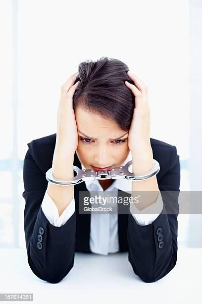 Die stress-Business-Frau in Handschellen gebunden