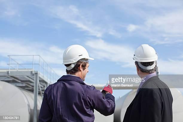 Travailleur Homme d'affaires, examiner des conteneurs en plein air