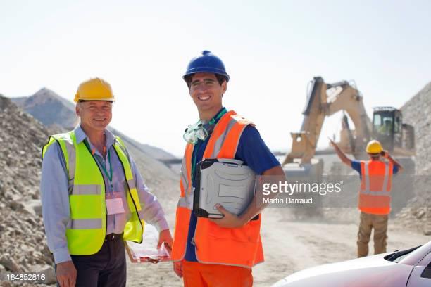 Travailleur et un homme d'affaires debout dans la carrière