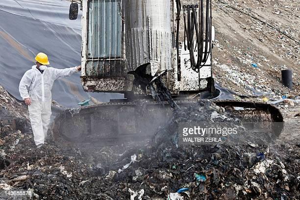 Trabalhador no centro de recolha de lixo