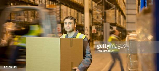 Im Lager Arbeiter tragen box