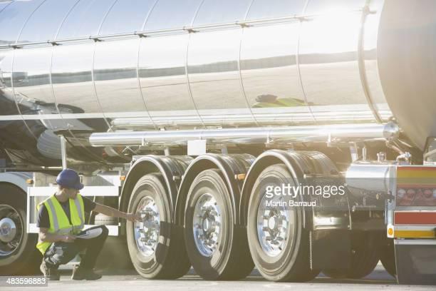 Arbeiter, die Reifen auf Edelstahl Milchtanker