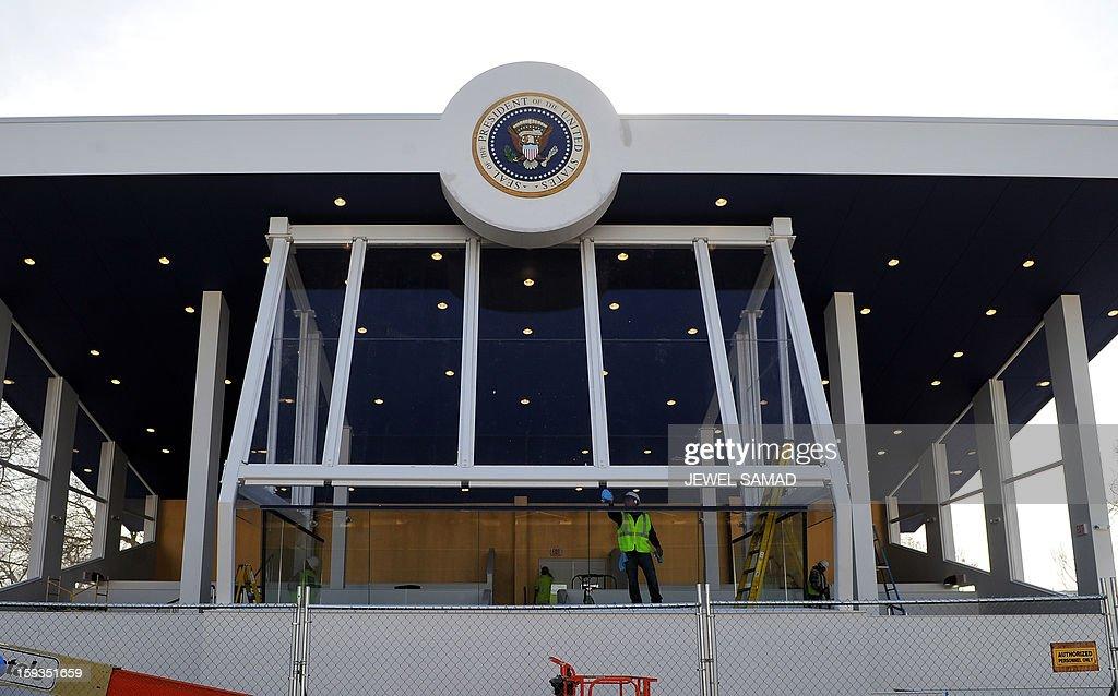 A worker cleans the glass of the parade reviewing stand in front of the White House in Washington, DC, on January 12, 2013. The US capital is preparing for the second inauguration of US President Barack Obama, which will take place on January 21. AFP PHOTO/Jewel Samad