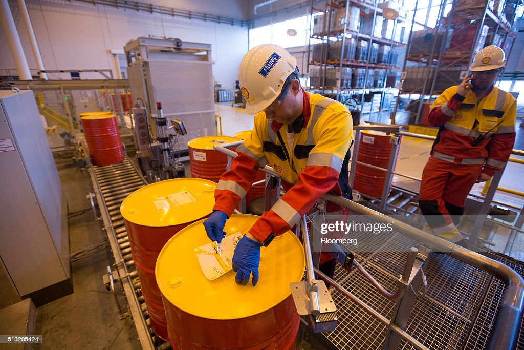 Royal dutch shell plc 39 s oil lubricants plant getty images for Motor oil by the drum