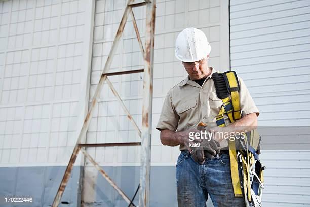 Travailleur tenant Harnais de sécurité