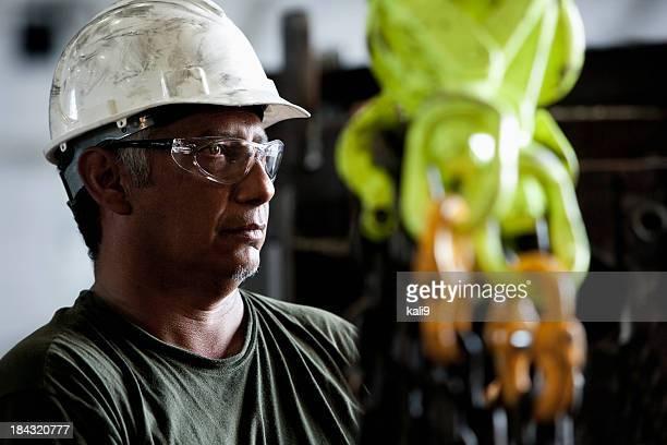 Arbeiter in der Fabrik mit Haken-und-Ketten industriellen