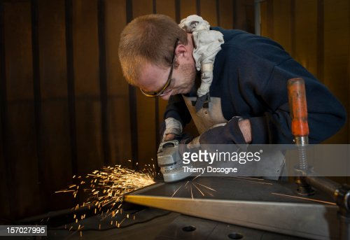 Worker in metal worshop : Photo