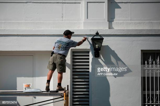 A worker paints the during summer renovations to the White House on August 22 2017 in Washington DC / AFP PHOTO / Brendan Smialowski