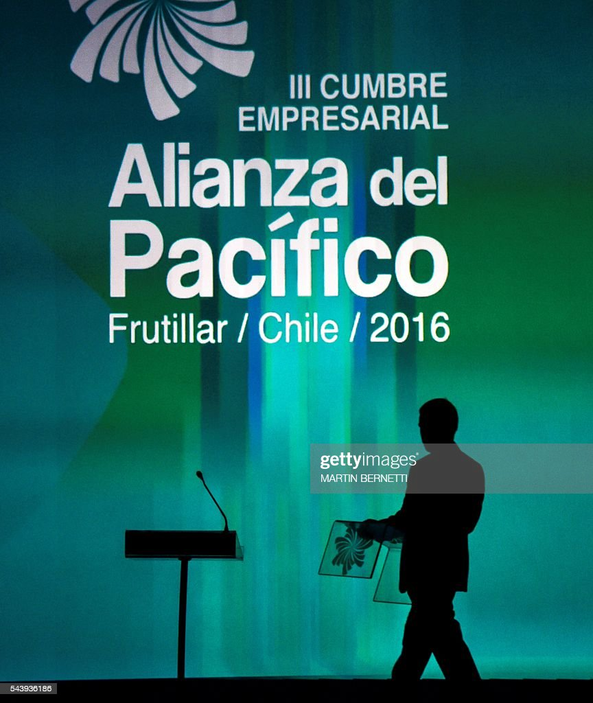 A worker places a logo of the III Pacific Alliance Business Summit in Frutillar, 1.100 km south of Santiago, Chile, June 30,2016. / AFP / MARTIN