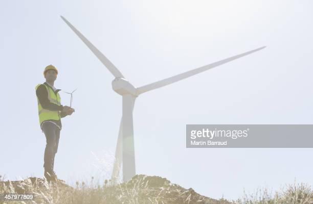 員が懇切丁寧に風力タービンの田園風景