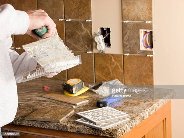 Trabajador Troweling Morter en azulejos de cocina nueva Backsplash