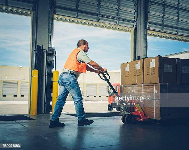 Arbeiter mit Palettenhubwagen