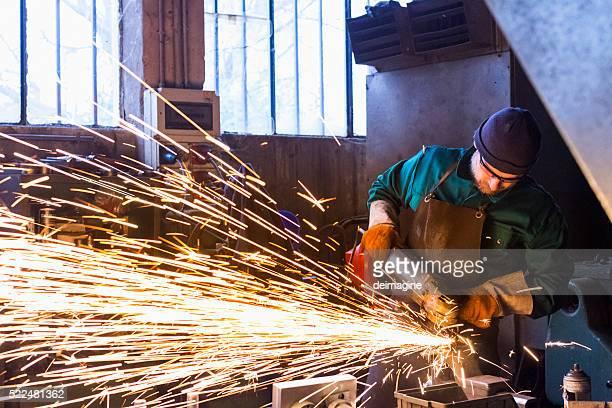 Arbeiter mit Metall-Schneiden Schleifer
