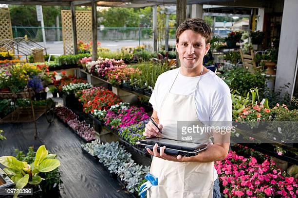 Arbeiter arbeiten mit laptop in Gartenbau-Betrieb