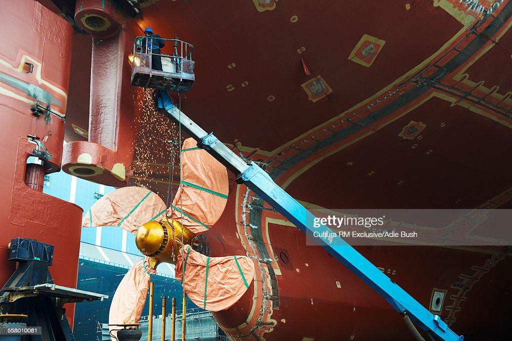 Goseong-gun South Korea  city photo : ... Foto : Worker working on ship at shipyard, GoSeong gun, South Korea