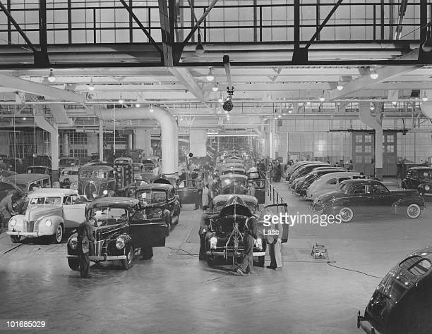 Workers and motor cars on the double barreled assembly line at the Ford Rouge Plant in Dearborn Michigan USA circa 1930 Construction on the factory...