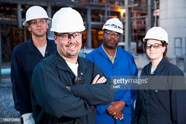 Lavoratori nello stabilimento di produzione