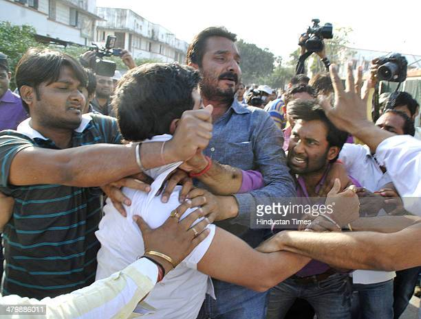 BJP workers beating up youngsters who showed black flags to BJP candidate from Patna Sahib parliamentary seat Shatrughan Sinha during his nomination...