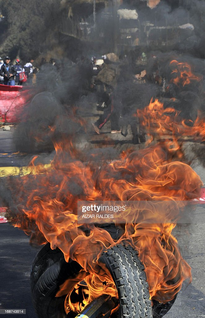 Workers block the highway as they march from El Alto to La Paz on May 14, 2013 on the ninth day of an indefinite strike called by the Bolivian Workers' Centre (COB) to demand the government for a pension equivalent to 100% of their salaries. AFP PHOTO / Aizar RALDES