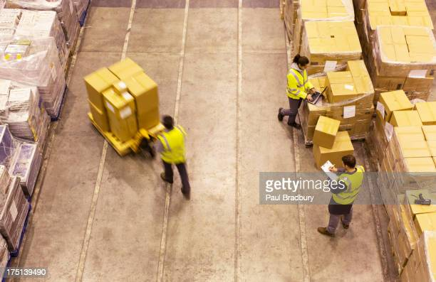 Arbeitnehmer im warehouse Kontrollkästchen Strecke