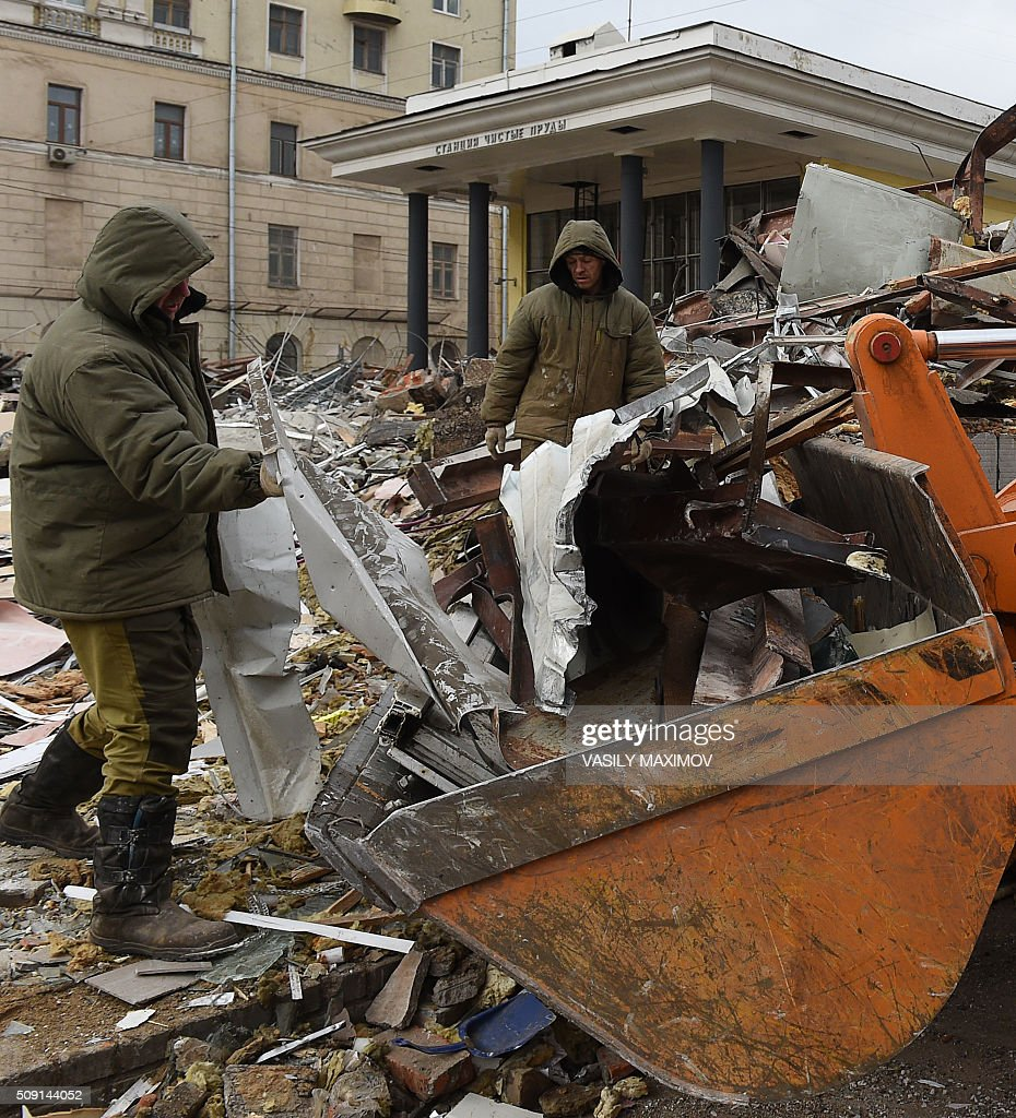 Workers demolish street kiosks, deemed by authorities to have been illegally built, near Chistiye Prudy metro station in central Moscow on February 9, 2016. Moscow authorities ordered the demolition of street kiosks built without permits in Moscow, according to local media. AFP PHOTO / VASILY MAXIMOV / AFP / VASILY MAXIMOV