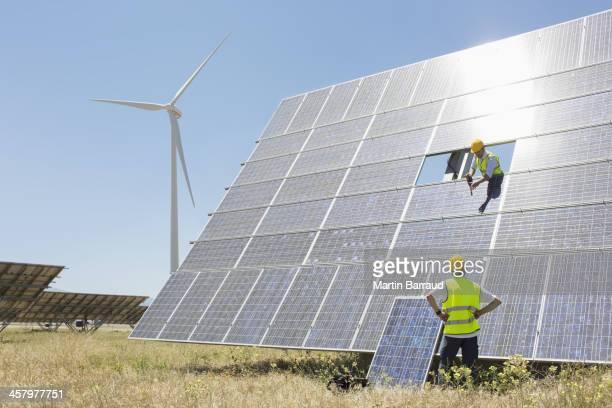 Arbeitnehmer, die Prüfung solar-panel in ländlichen Landschaft