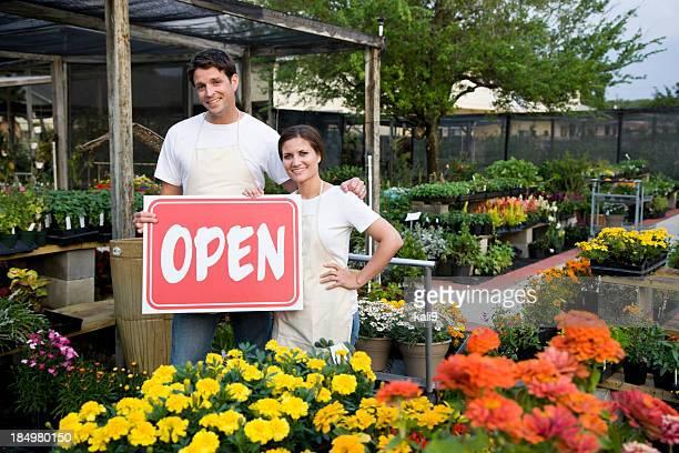 Arbeitnehmer hält geöffnet außerhalb der Gartenbau-Betrieb
