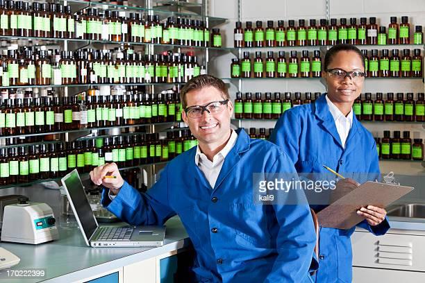 Arbeitnehmer in Chemiefabrik lab