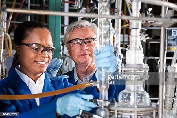 Arbeitnehmer in Chemiefabrik