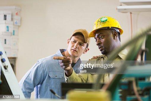 お仕事仲間で工場で機器